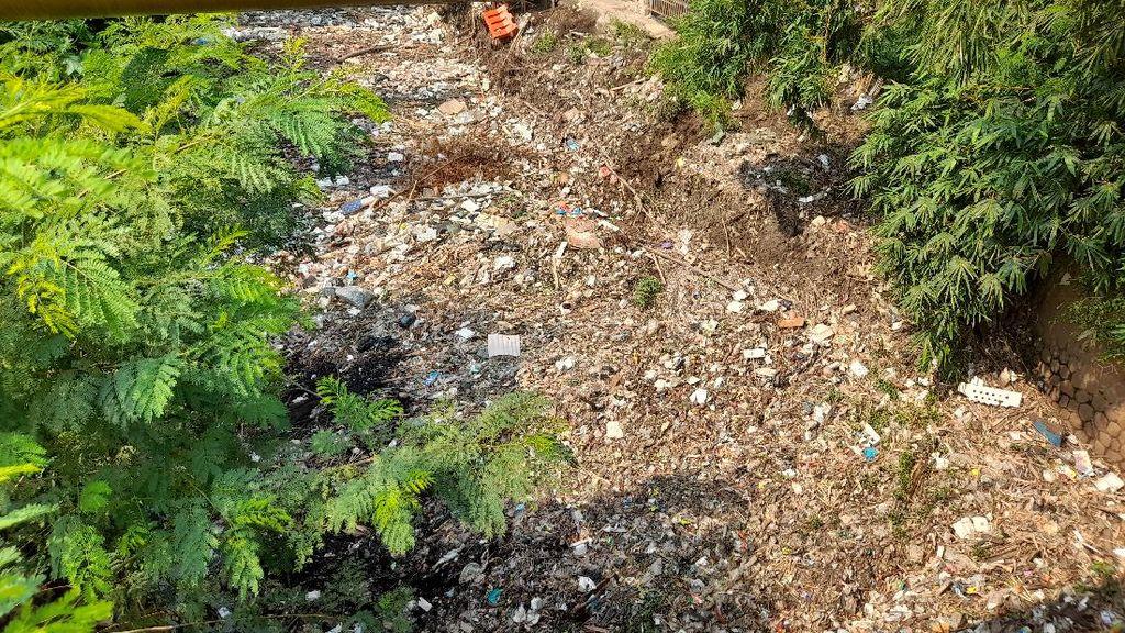 Pemkab Belum Angkut Sampah di Kali Jambe Belakang Tol Japek