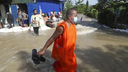 Saat Para Biksu Menembus Banjir di Kamboja