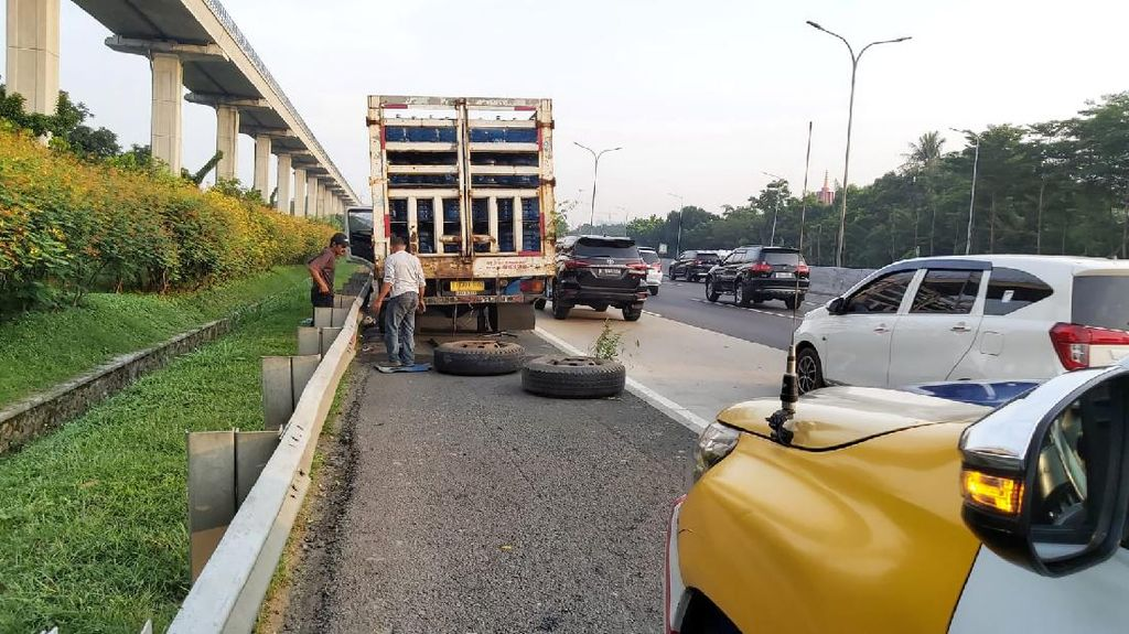 Ada Truk Patah Roda, Lalin Tol Jagorawi Arah Jakarta Macet 7 Km
