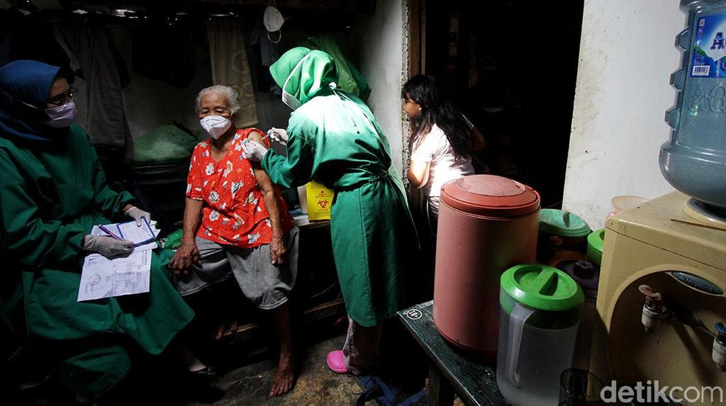 Vaksinasi COVID-19 dari Rumah ke Rumah Sasar Lansia di Solo