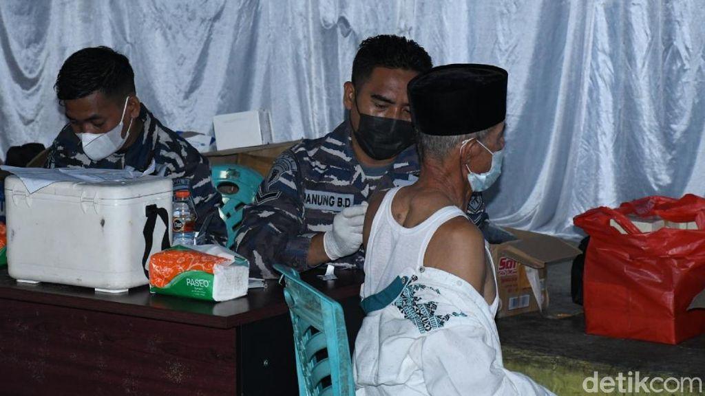 TNI AL Jemput Bola Vaksinasi Warga Penghuni Bukit di Cianjur