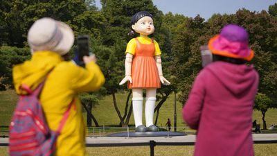 Boneka Squid Game Hiasi Taman Seoul, Anjing Jadi Pesertanya