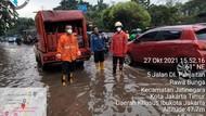 Hujan Deras Guyur DKI, Jalan DI Panjaitan Cawang Sempat Tergenang