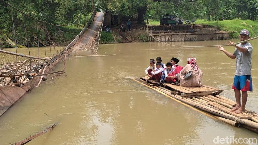 Jembatan Ambruk Nggak Bikin Semangat Bocah SD di Pandeglang Surut
