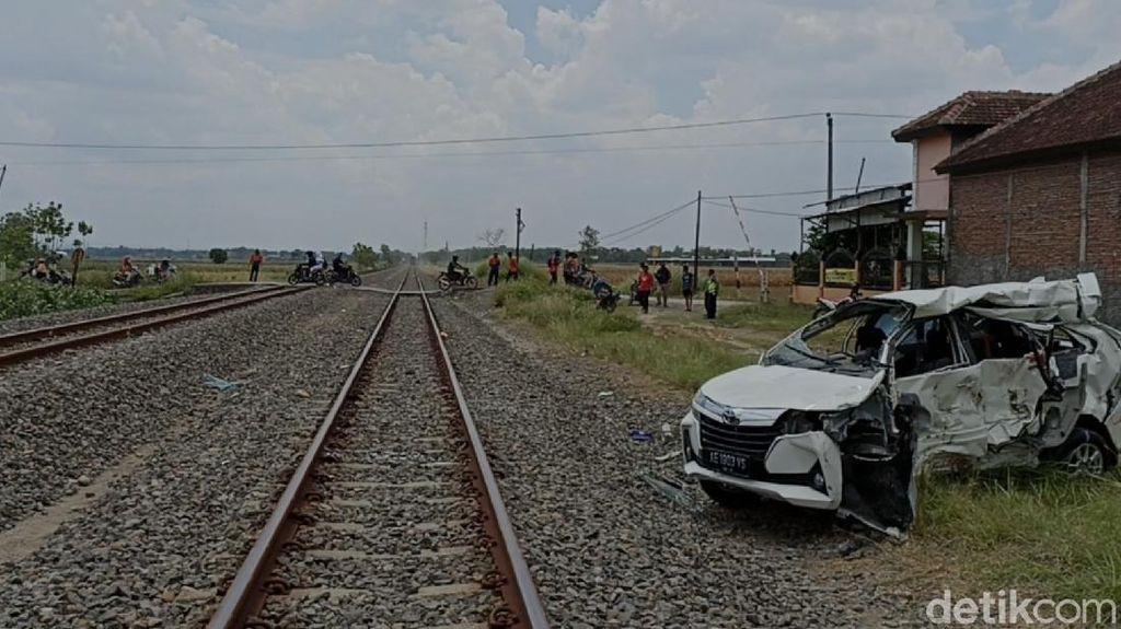 Ayah-Anak Tewas dalam Kecelakaan Mobil vs KA di Grobogan