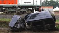 Minibus Ringsek Usai Disundul Kereta di Malang
