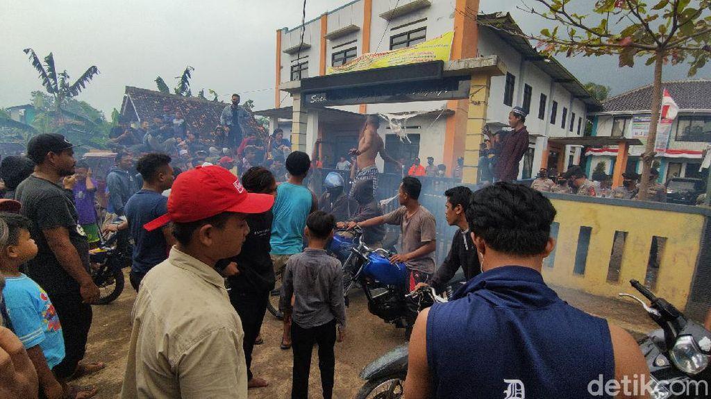 Tuntut Kades Mundur, Massa Kepung Kantor Desa Sindangraja Cianjur