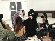 Chintami Atmanegara Setia Dampingi Istri Oddie Agam Menangis di Samping Pusara