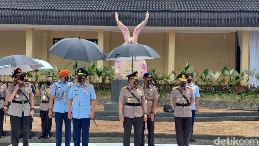 Panglima TNI dan Kapolri Lepas Penyaluran Bansos-Vaksinasi di Lembang