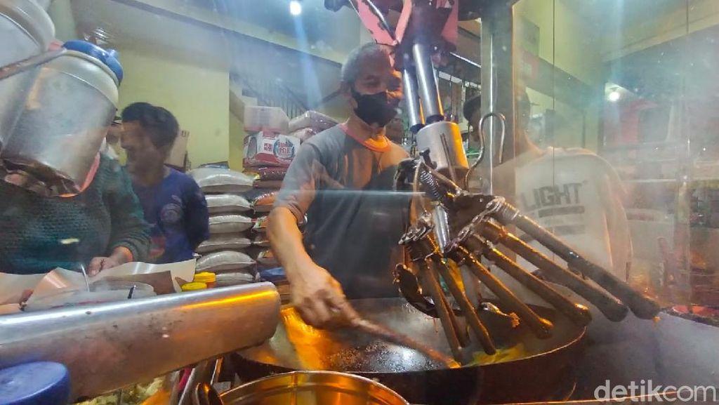 Penjual Nasi Goreng di Kota Malang Masak Dibantu Robot