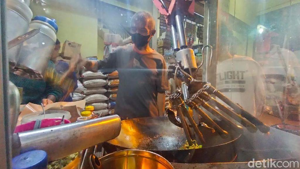 Penjual Nasi Goreng Ini Dibantu Robot Karena Tangan Tak Normal Usai Kecelakaan