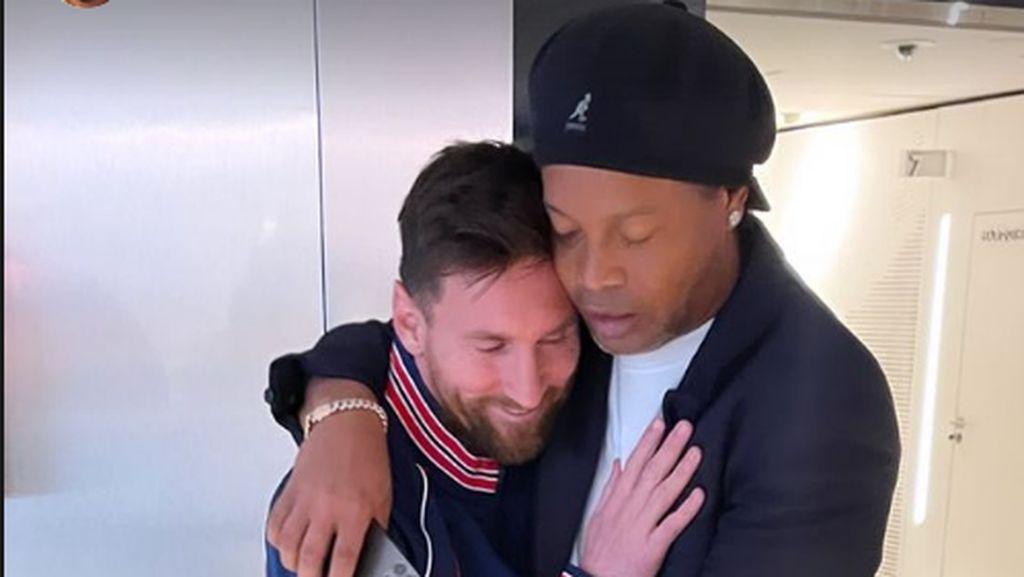Pelukan Hangat Messi dan Ronaldinho