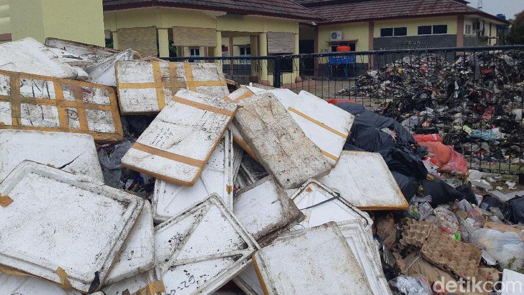 Sampah Kiriman Tangsel Dibuang Warga Serang ke Kantor Kecamatan-Kelurahan