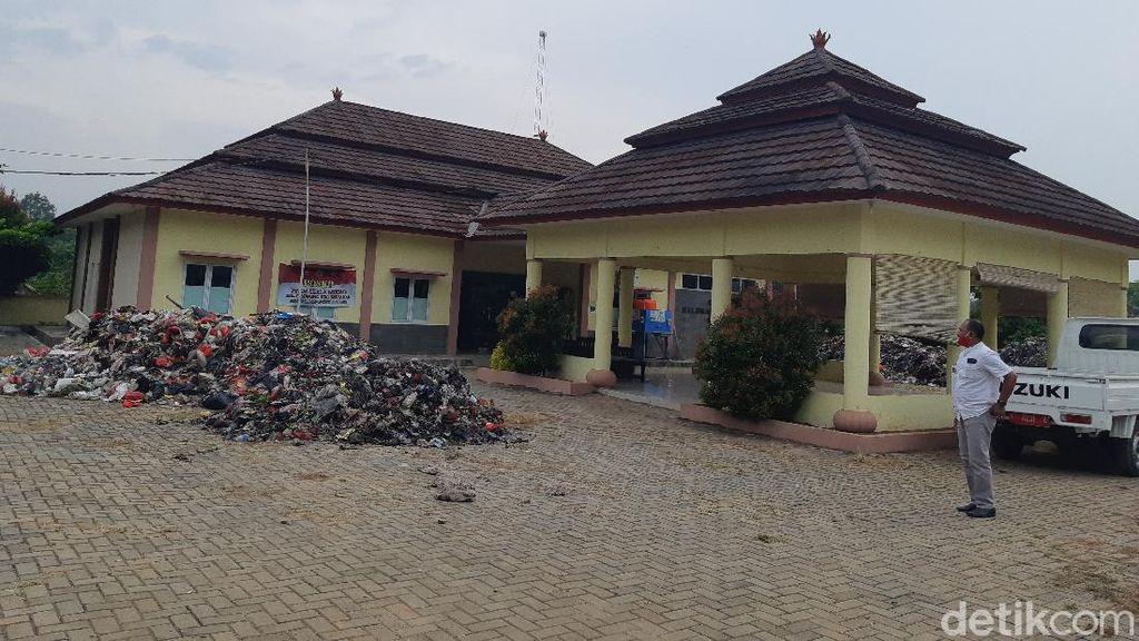 Penampakan Sampah Kiriman Tangsel Dibuang Warga Serang di Kelurahan Cilowong