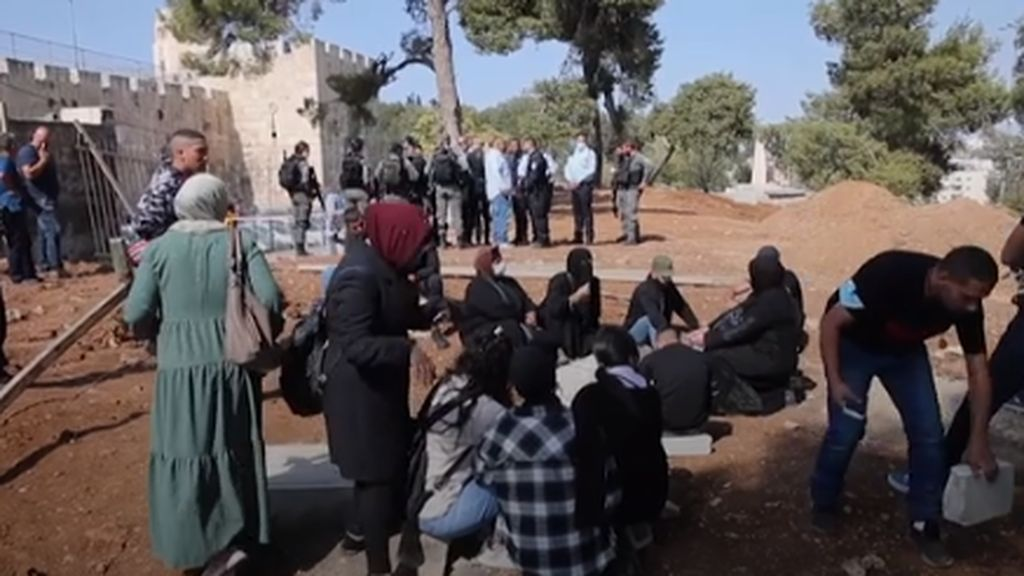 Warga Palestina Protes Israel Ratakan Situs Pemakaman Muslim