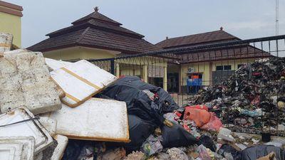Warga Serang Buang Sampah Kiriman Tangsel ke Kantor Kecamatan-Kelurahan