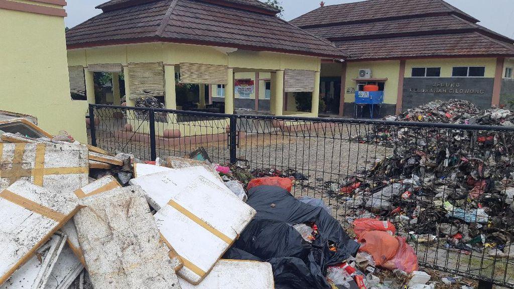 Kantor Penuh Sampah, Camat-Lurah di Serang Minta Bantuan Polisi