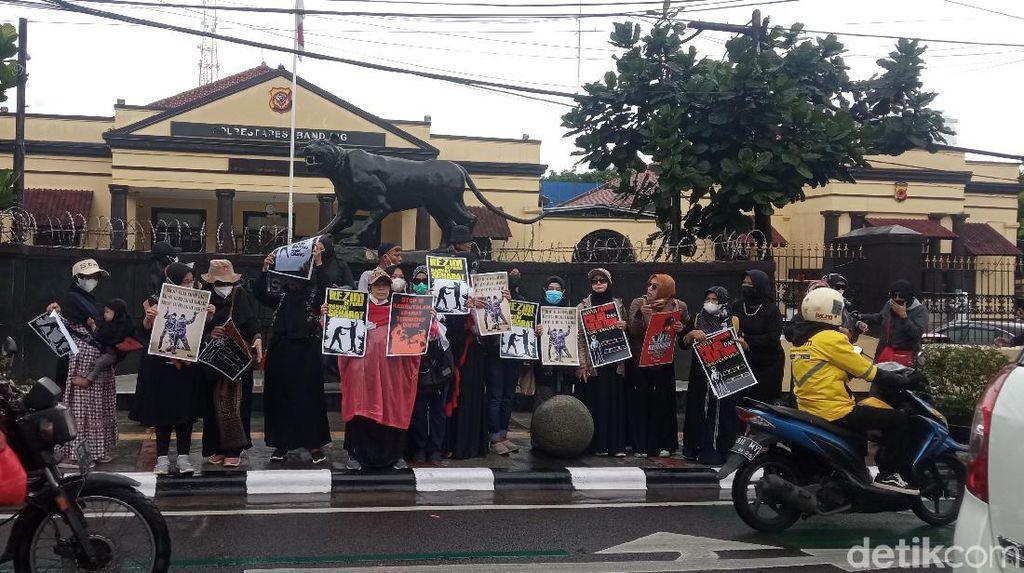 Soroti Kasus Oknum Polisi, Emak-emak di Bandung Gelar Aksi Damai