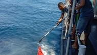 TNI AL Cari Korban KM Liberty 1 di Laut Bali, Temukan Barang-Tumpahan Minyak