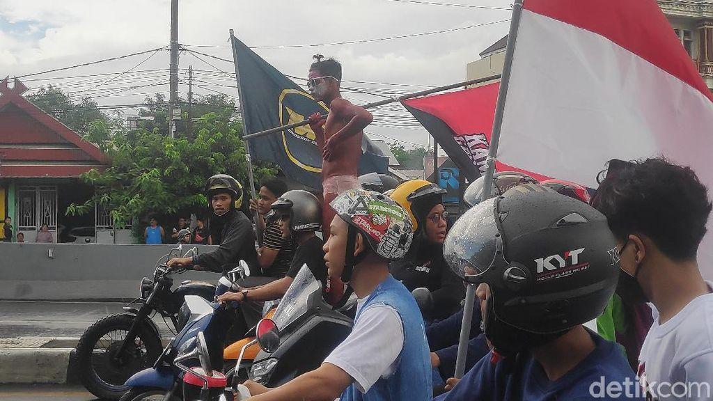 Potret Demo di Makassar, Mahasiswa Bakar Ban-Siswa Konvoi