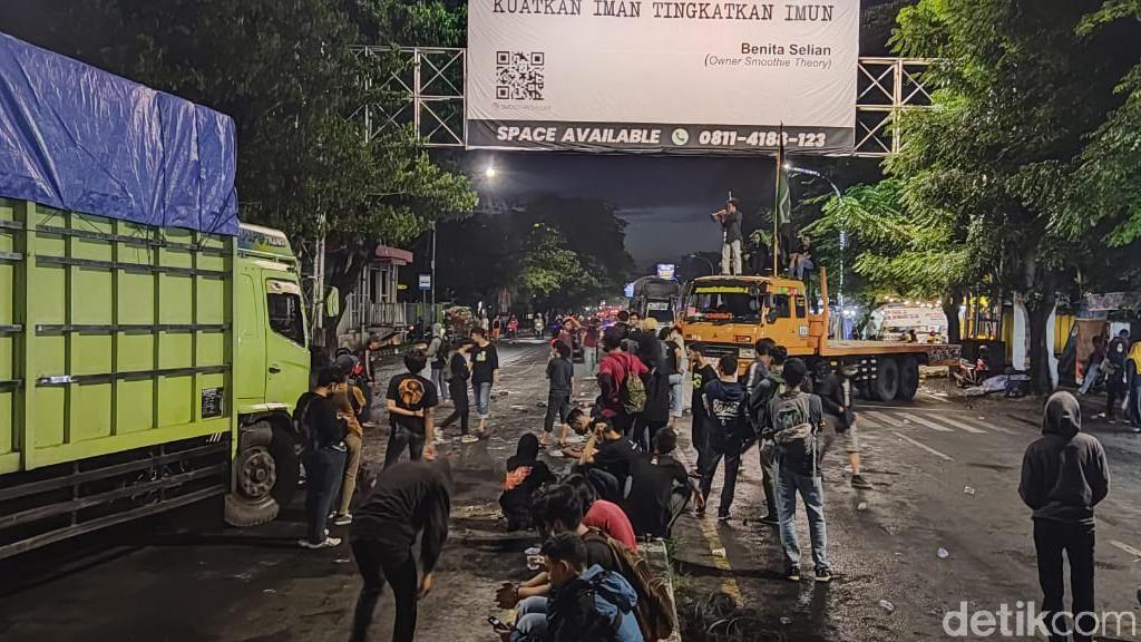 Mahasiswa di Makassar Demo hingga Malam, Sandera 5 Truk-Tutup Jalan