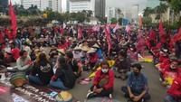 Tak Sampai Depan Istana, Massa Demo Ditahan di Patung Kuda