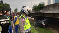 Penampakan Honda CR-V yang Terbalik Hingga ke Kolong Tol Jakarta-Tangerang