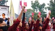 Kritisi Jokowi, Mahasiswa Bakar Ban dan Acungkan Kartu Merah