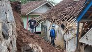 Longsor Timpa Dua Rumah Warga di Tasik, Penghuni Selamat