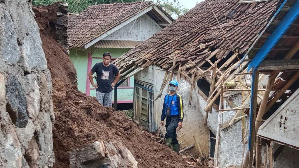 Tebing di Tasikmalaya Longsor, Dua Rumah Warga Rusak Tertimpa