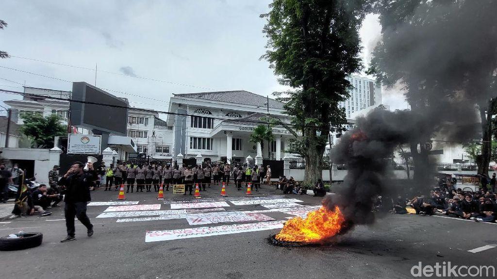 Geruduk Gedung DPRD Jabar, Mahasiswa Soroti Kinerja Jokowi-Maruf
