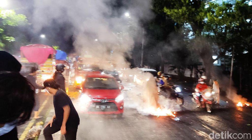 Mahasiswa di Makassar Tutup Jalan Dipukul Mundur, Bertahan di Depan Kampus
