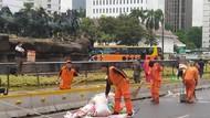 Massa Pendemo Jokowi Bubar dari Patung Kuda, Sampah Dibersihkan PPSU