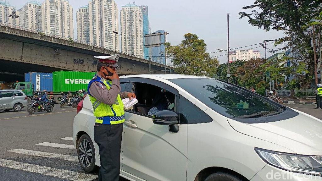 Langgar Ganjil Genap, Puluhan Kendaraan di Jakbar Kena Tilang