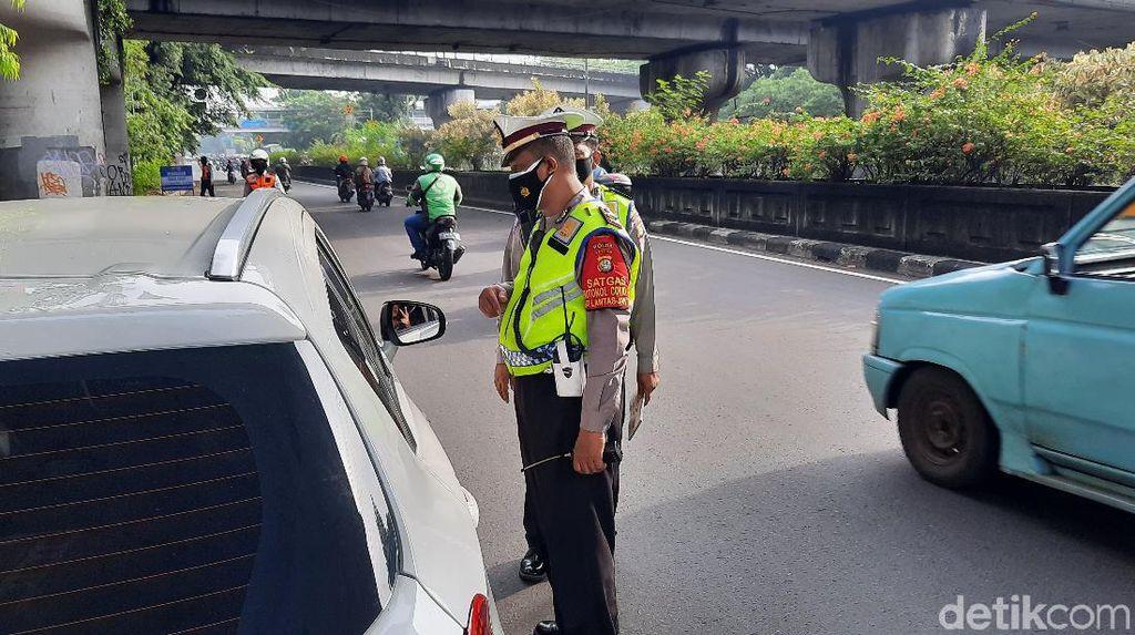Polisi Tilang Sejumlah Mobil Pelat Ganjil di Jalan MT Haryono-DI Panjaitan