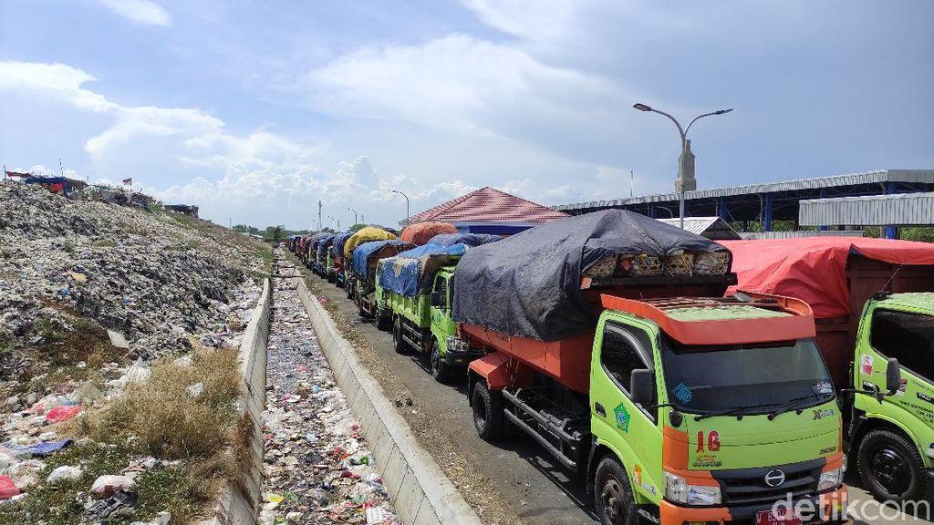 TPA Sampah di Jabon Sidoarjo Overload, Puluhan Truk Tak Bisa Bongkar Muatan