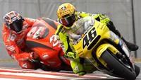 Rossi Kenang Momen Acungkan Jari Tengah ke Biaggi di Jepang 2001