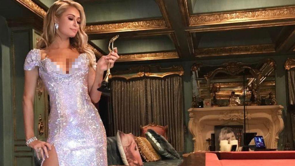 Paris Hilton Pakai Gaun Bertabur Swarovski Rp 3,6 Miliar