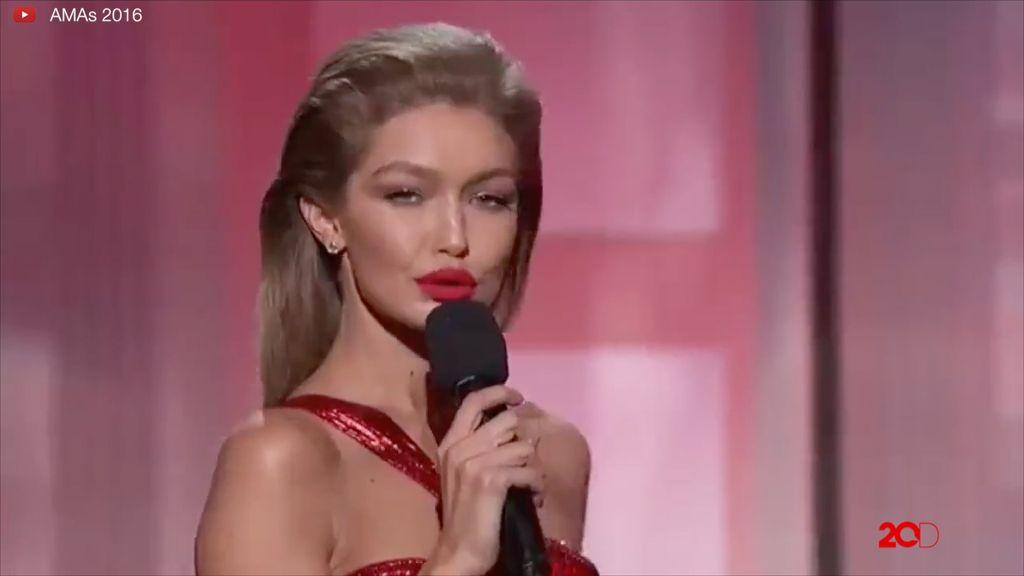Gigi Hadid Tiru Gaya Bicara Melania Trump di AMA 2016