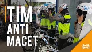 Kenalan dengan Polwan Bersepeda Pengurai Macet di Cianjur