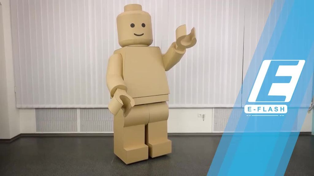 Keren! Pria Ini Bikin Kostum Lego Raksasa dari Kardus