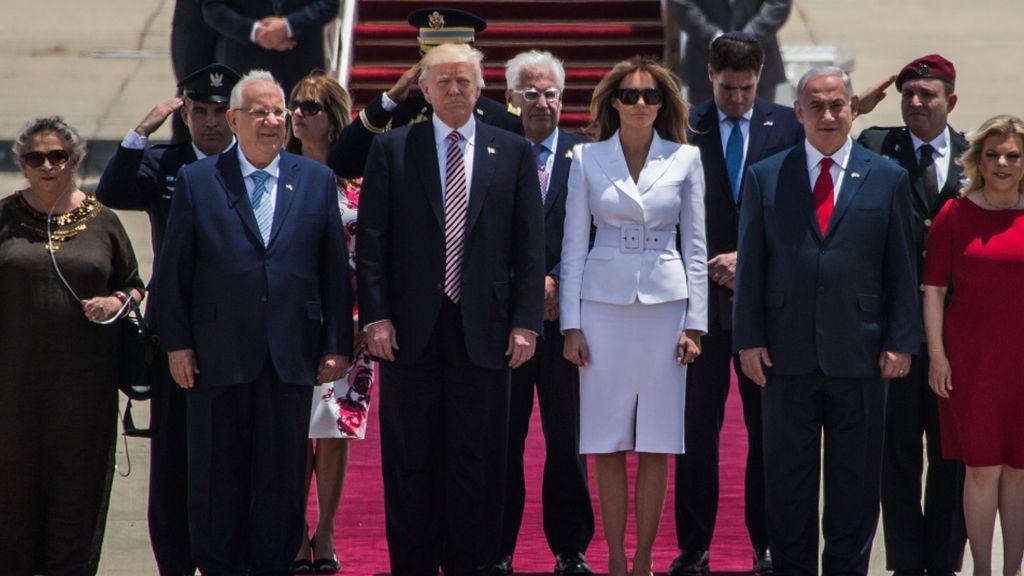 Melania Menolak Digandeng Trump