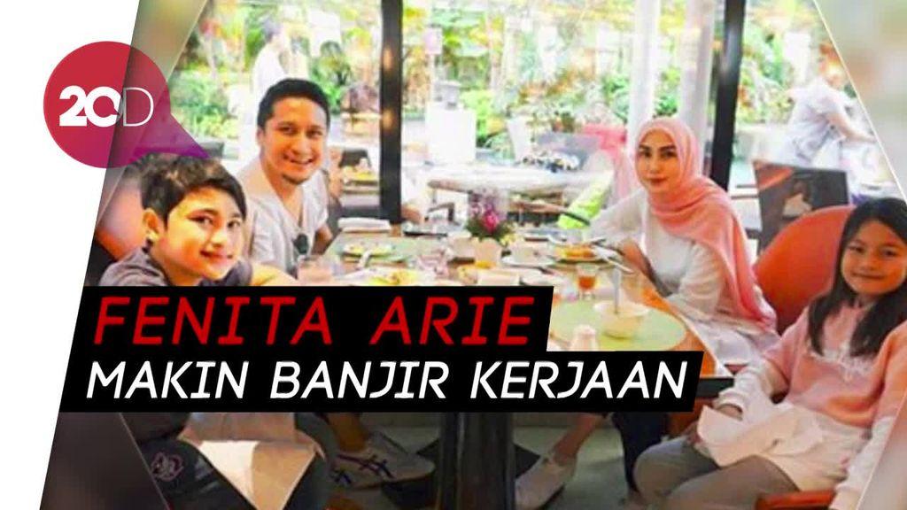 Berhijab, Honor Fenita Arie Naik