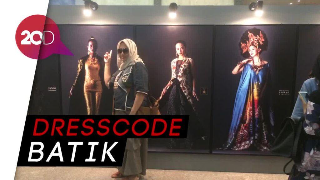 Batik Warnai Indonesia Fashion Week Hari Kedua
