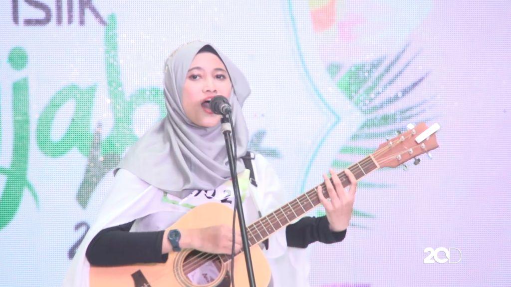 20 Besar Surabaya - Shafa Annisa Keren dengan Gitarnya