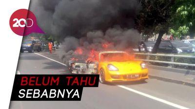 Penampakan Mobil Sport yang Terbakar di Slipi