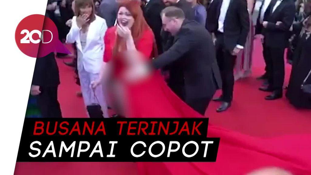 Duh! Jalan di Red Carpet, Busana Model Rusia Ini Copot
