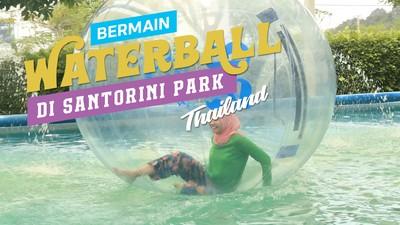 Bermain Waterball di Santorini Park Thailand