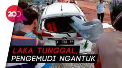 Nahas, Mobil Rusak Parah 'Tertembus' Besi Pembatas Tol