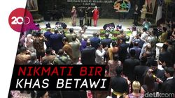 Rayakan HUT DKI, Anies-Sandi Ajak Tamu Bersulang Bir Pletok